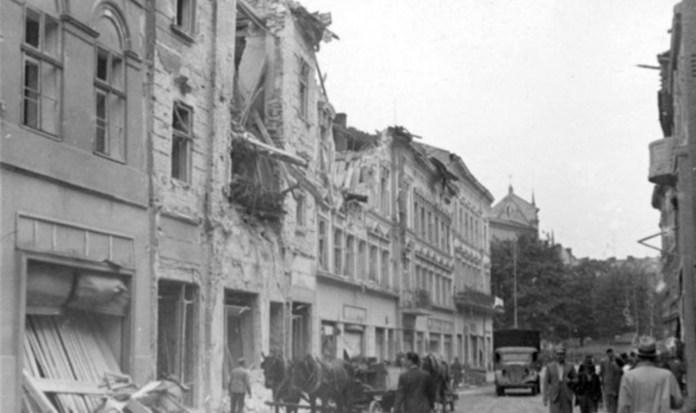 Поруйновані будинки на вулиці Дорошенка. Фото 1941 року