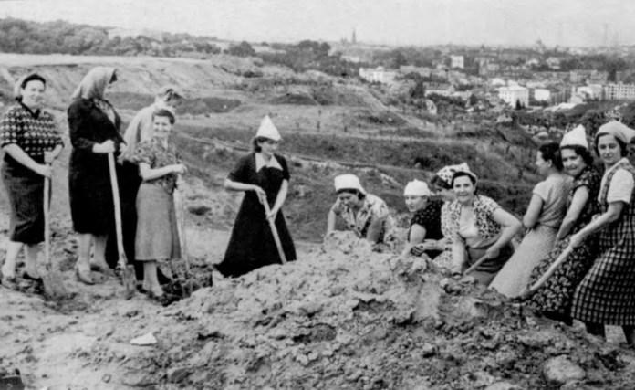 Роботи з розчищення сміттєзвалища для спорудження майбутнього Парку культури. Фото 1950-1951 року.