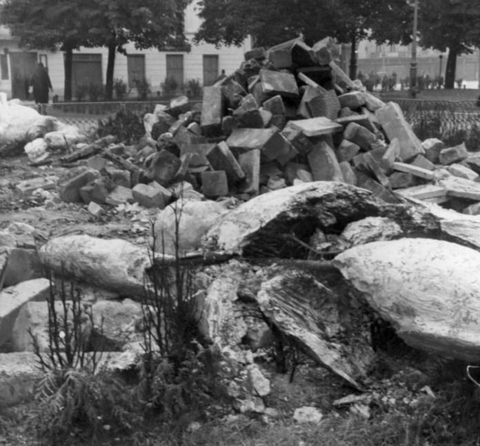 Зруйнований пам'ятник Сталінської Дружби Народів. Фото 1941 року