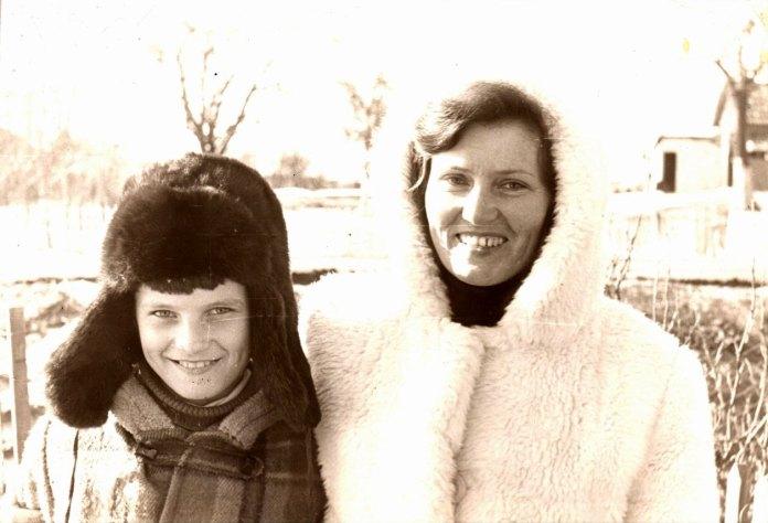 Ще одна світлина з села Сіде. Андрій з мамою, фотографував тато Віктор Кузьмич. «На цьому фото Андрій ще вочевидь тримає свого улюбленого кота, але на фотографії його не видно» - жартує Ольга Михайлівна.