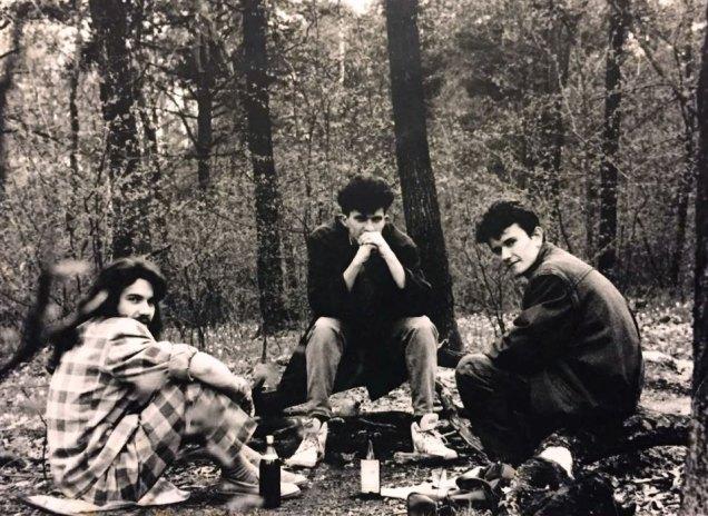 «Андрію не заборонялося приводити своїх друзів додому. В нас був ліс, озеро біля дому. Андрій з колегами любили вибиратися на дах і слухати радіо» - згадує Ольга Михайлівна. На фото товариші Скрябіна.