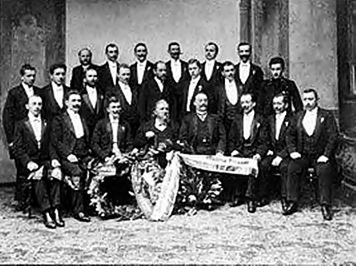 """Ян Ґалль (сидить в центрі) разом із хором """"Ехо"""", 1905 рік"""