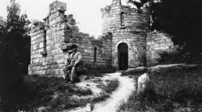 """Штучні руїни в Стрийському парку, збудовані з надгробків """"старого"""" Стрийського кладовища. Фото поч. XX ст."""