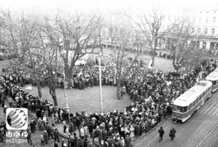 """Так званий """"вузол живого ланцюга"""" на проспекті Свободи у Львові. Фото 1990 року. Взято з Укрінформ"""