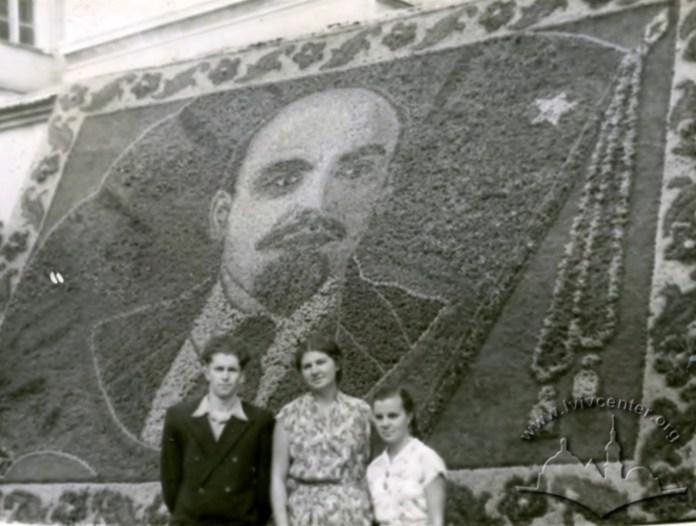 Панно з квітів у вигляді зображення Леніна, що розміщувалося на проспекті Свободи. Фото 1948 року