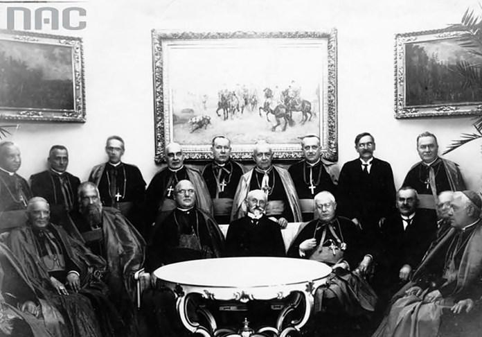 Митрополит Андрей Шептицький, станиславівський єпископ УГКЦ Григорій Хомишин (стоїть за С.Войцеховським) і римо-католицькі єрархи у резиденції президента в Бельведері (1925).