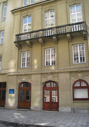 Будинок на пл. Шашкевича, 5: у 1928–1939 рр. тут діяв кінотеатр «Стильний» («Stylowy»), нині – приміщення Львівського державного музичного училища ім. Ст. Людкевича