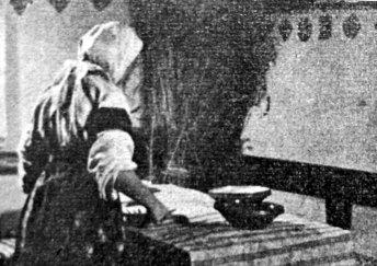 Кадр із фільму «До добра і краси». Марічка накриває стіл на Святвечір