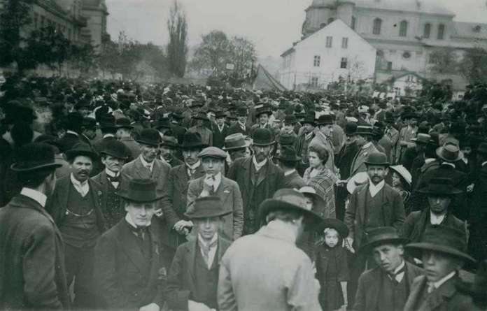 Натовп на вул. Госєвського (Тершаківців) з нагоди невідомої події. Фото поч. XX ст.