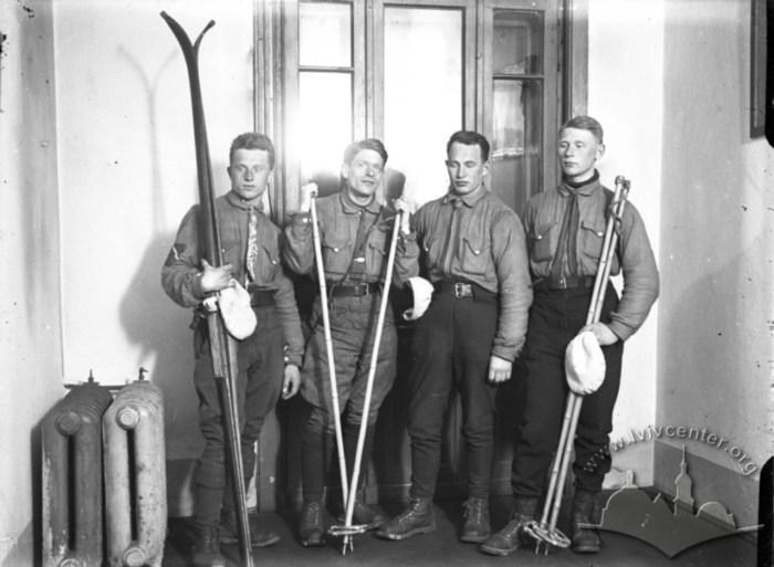 Члени Нартярського Карпатського Товариства. Фото 1930-1939 рр.