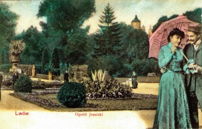 Закохана пара на вході до Поєзуїтського парку. Листівка поч. 20 ст.