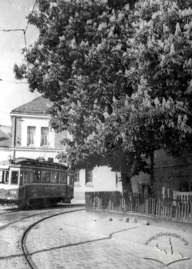 Поворот трамвайної лінії з вул. Дністровської на вул. Зелену. Фото 1960 року