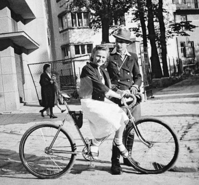 Молода пара під час спільної велопрогулянки. Фото 30-х рр. XX ст.