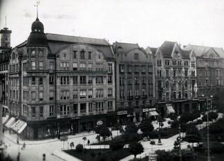 Ряд будинків на площі Галицькій. Фото 1915 р.