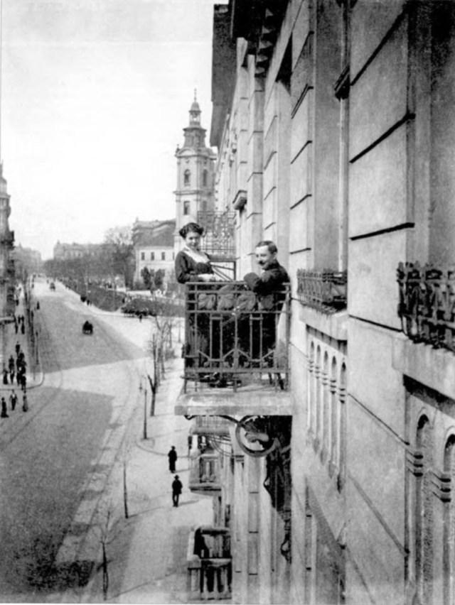 Пара закоханих позує до світлини на фоні вул. Сапєги (Бандери). Фото поч. 20 ст.