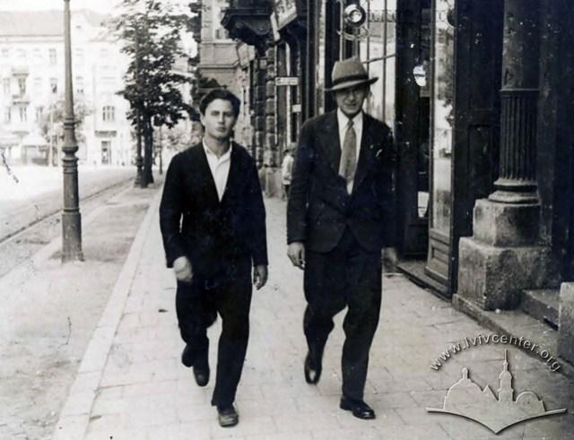 Молоді люди на вулиці Л. Сапєги, фото 1930-х рр.