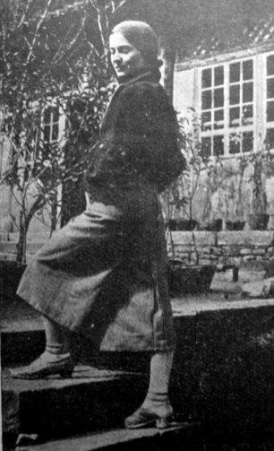 Софія Яблонська на сходах свого дому в Юньнані (Китай), 1934 р.