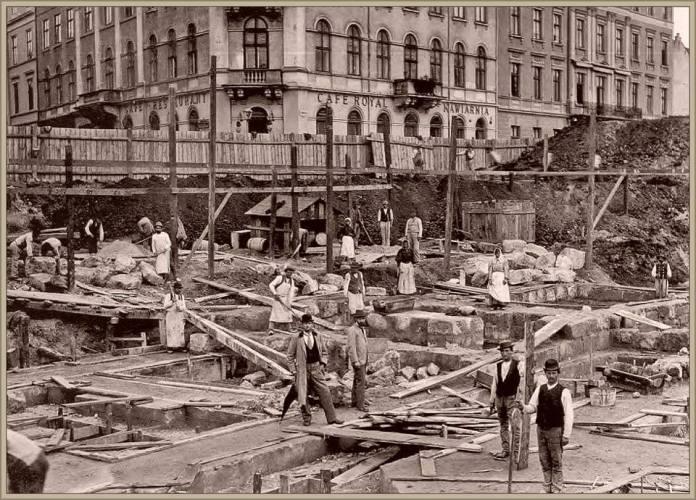Жінки серед будівників міського театру у Львові