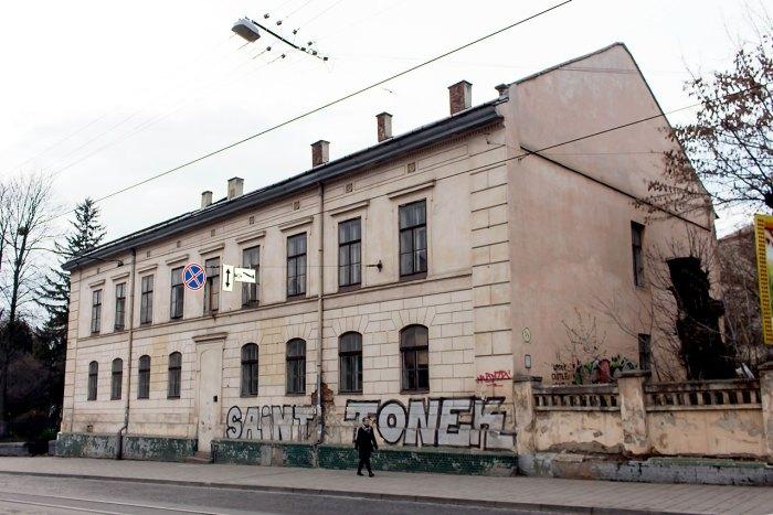 Будинок по вулиці Личаківська 37, де був розташований Заклад для незрячих, згодом VI міська гімназія ім. Станіслава Сташица, а потім військкомат Личаківського району. Зараз будівля руйнується, 2016 р.