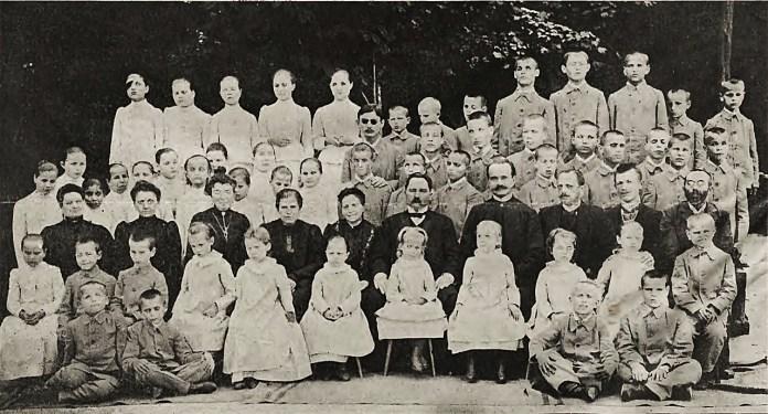 Вихованці закладу для незрячих з учителями. Фото - Марек Мюнц, 1906 р.