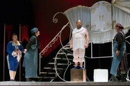 Сцена з вистави «Голий король»