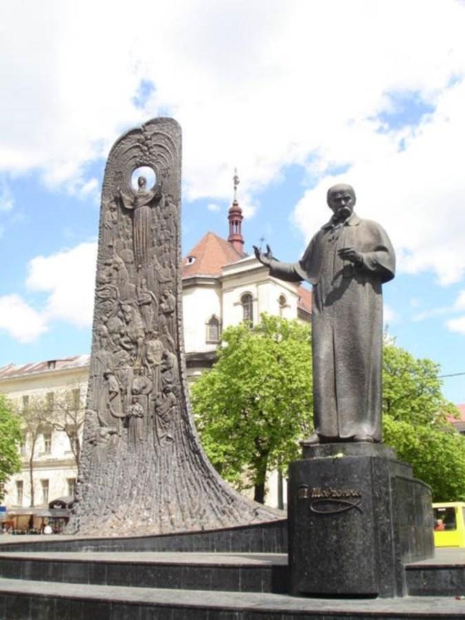 Пам'ятник Шевченкові на проспекті Свободи. Сучасне фото