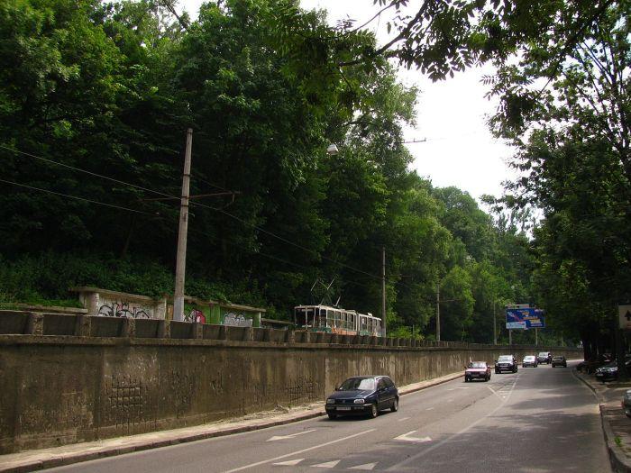 Трамвайна лінія по вул. Сахарова, фото 2013 року (фото взяте з :https://ru.wikipedia.org/)