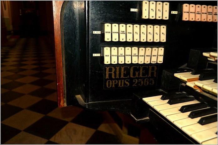 Надпис на пульті органу з порядковим номером «Opus»в костелі Марії Магдалини (Фото Тетяна Жернова 2016р)