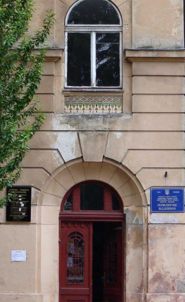 Оформлення дверей будинку колишньої дяківської бурси вул. П. Скарги, 2а (тепер Озаркевича, 2)