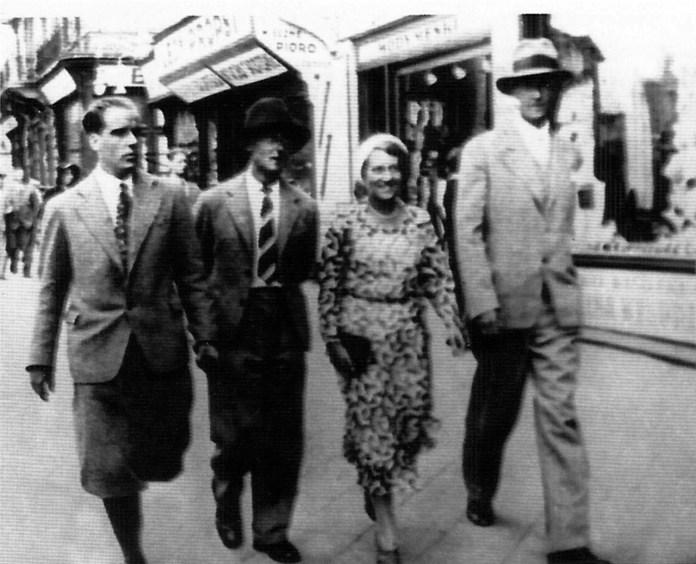 Роман і Марґіт Сельські з друзями, крайній справа, ймовірно, Роман Турин, 1930-ті рр. (із альбому «Роман Сельський» (К., 2006)