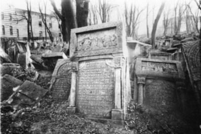 Надмогильні плити старого єврейського кладовища. Фото 1910-х рр.