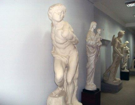 Коридор скульптурного відділу ЛНАМ