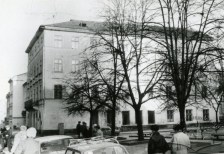 """Сквер на місці будинків під № 6-12, де колись діяв ринок """"Вернісаж. Фото 1970-1980 рр."""