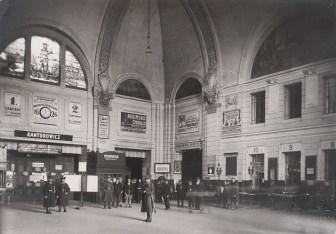 Головний зал вокзалу. Вгорі видно вітраж «Архангел Михаїл». Поч. ХХ ст.