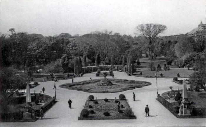 Площа перед будівлею Галицького Сейму (Головний корпус університету) на початку XX ст. Фото 1900 року