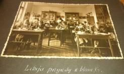 Учні закладу Уршулянок на уроці природознавства. Фото 1932-1939 рр.