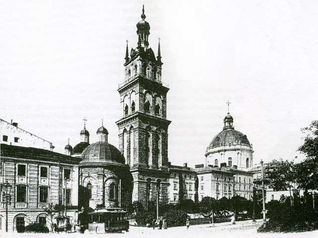 Успенська (Волоська) церква та сквер біля неї. Фото поч. XX ст.
