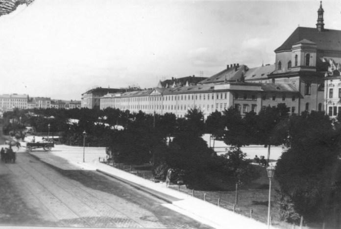Дикастеріальний будинок на правій стороні проспекту Свободи, який було розібрано впродовж 1942-1947 рр.