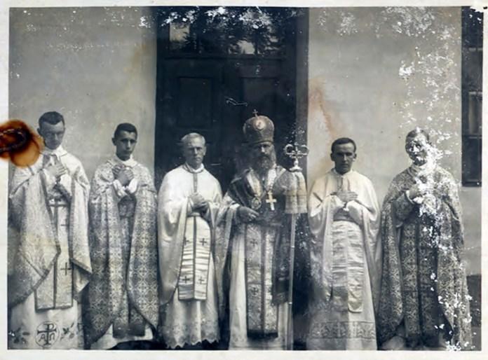 Єпископ Миколай Чарнецький (в центрі) - https://picasaweb.google.com/116226675049743659000/YWkUKG#5561209916901747954