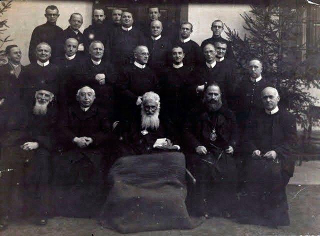 Митрополит Андрей Шептицький і отець Климентій Шептицький з єпископом Миколаєм Чарнецьким та отцями-редемптористами. Отець де Вохт сидить у першому ряді крайній праворуч
