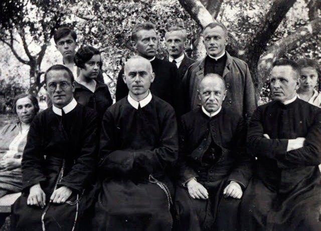 Отець Йосиф де Вохт (в центрі)