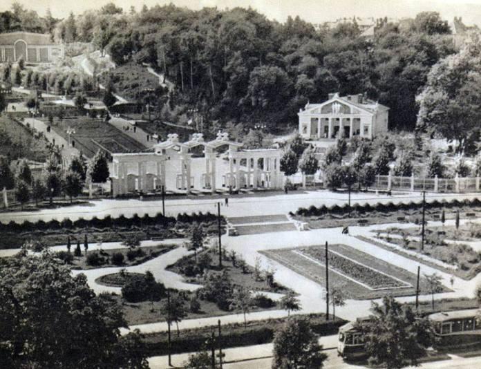 Площа перед входом до парку культури після його відкриття. Фото 1950-х рр.