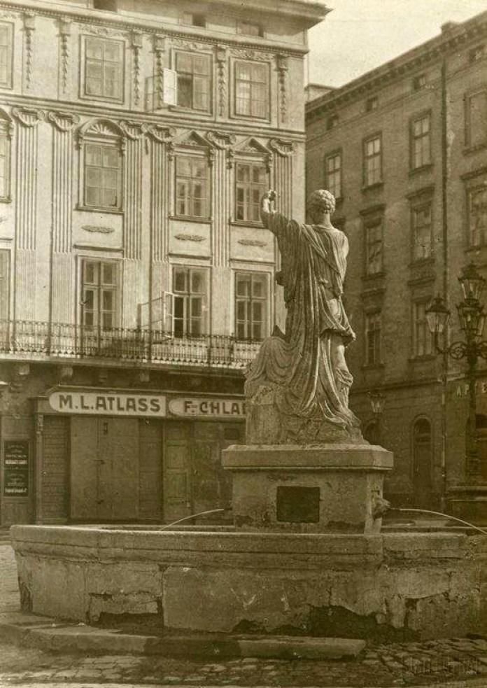 """Ресторан """"Атляс"""" на площі Ринок. Фото першої пол. XX ст."""