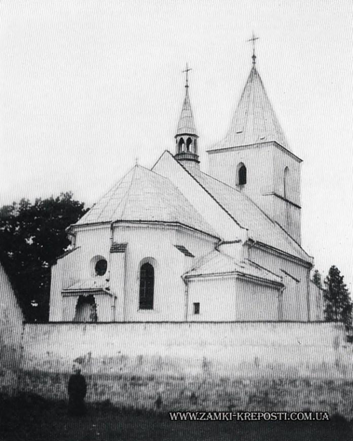 Костел Святої Трійці та оборонна стіна в селі Соколівка, фото 1993 року (взято з http://zamki-kreposti.com.ua)