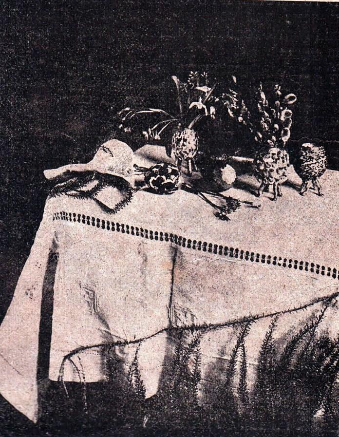 Великодній стіл прикрашений «вазочками» з яєчної шкаралупки, 1926 р.
