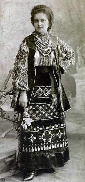 Невідома львів'янка у національному вбранні. Фото 1880 року. Джерело: https://www.pinterest.com