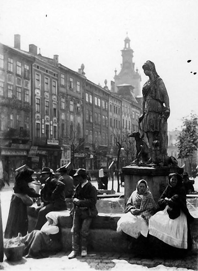 Площа Ринок, початок ХХ ст. Джерело: https://www.facebook.com/lvivretro/photos/a