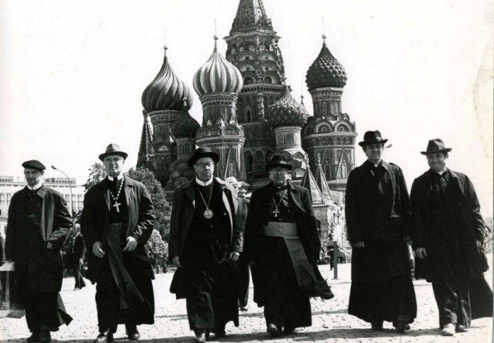"Владика Филимон Курчаба (на фото третій зліва) на Красній Площі в Москві, 1989 р. - Фото: <a href=""http://ichistory.org.ua/blog/2014/05/19/audio-do-25-richchya-legalizatsiyi-ugkts-pochatok-goloduvannya-na-arbati-v-moskvi/"">http://ichistory.org.ua</a>"