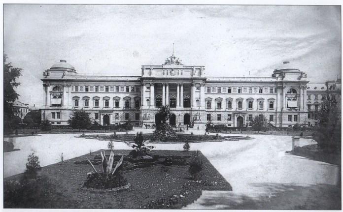 Головний корпус університету, побудований як будівля Галицького сейму. На фото помітно відсутність бічного крила зі сторони вул. Листопадового Чину. Фото кінця XIX ст.