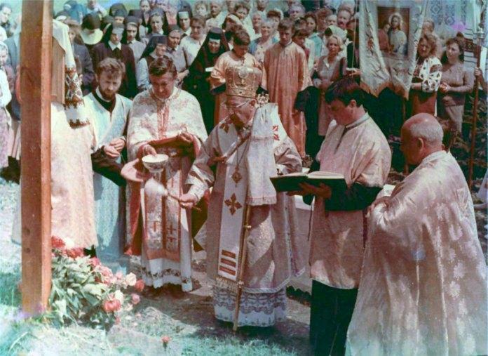 """Єпископ Филимон Курчаба. Вінниця, травень 1993 р. - <a href=""""http://archive.catholicnews.org.ua/20-richnitsya-vid-osvyachennya-narizhnogo-kamenya-u-vinnitsi#point"""">http://archive.catholicnews.org.ua</a>"""